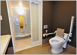 浴槽付きの浴室とセパレートのトイレを完備